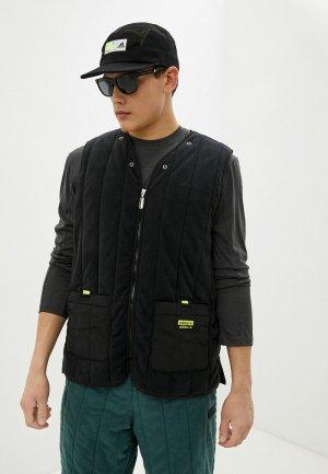 Жилет утепленный adidas Originals. Цвет: черный