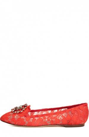 Кружевные слиперы Rainbow Lace с брошью Dolce & Gabbana. Цвет: красный